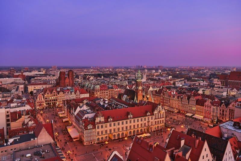 Vista aérea de la puesta del sol de la mirada fija Miasto con la plaza del mercado, ayuntamiento viejo y la iglesia del St Elizab foto de archivo