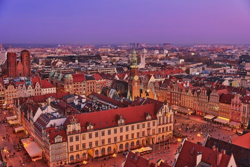 Vista aérea de la puesta del sol de la mirada fija Miasto con la plaza del mercado, ayuntamiento viejo y la iglesia del St Elizab imagenes de archivo