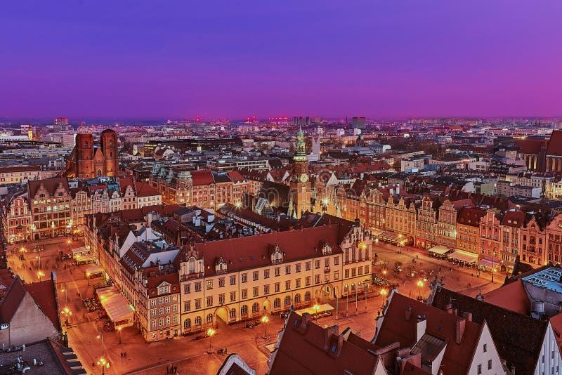 Vista aérea de la puesta del sol de la mirada fija Miasto con la plaza del mercado, ayuntamiento viejo y la iglesia del St Elizab fotos de archivo