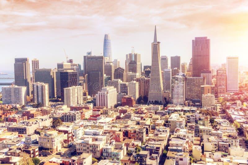 Vista aérea de la puesta del sol sobre San Francisco Downtown Skyline foto de archivo libre de regalías