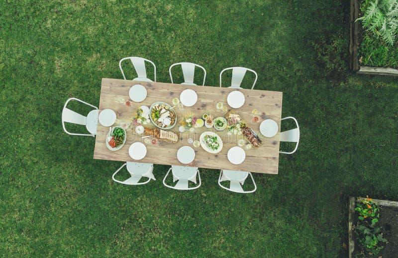 Vista aérea de la tabla del restaurante del jardín foto de archivo