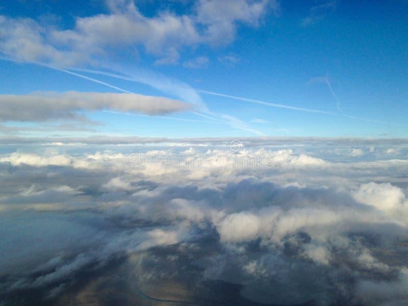 Vista aérea de la tierra y de las nubes imagen de archivo