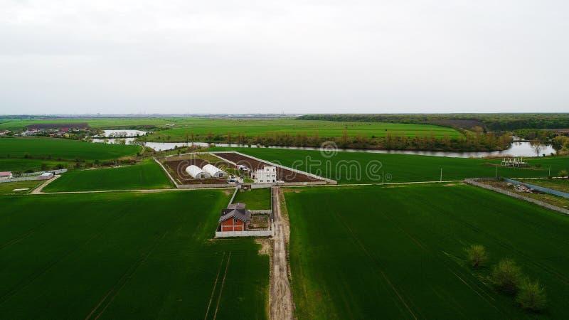 Vista aérea de la tierra y de las pequeñas casas imagen de archivo