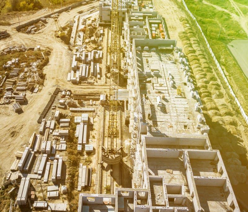 Vista aérea de la torre de la grúa de construcción en el proyecto de trabajo del edificio del desarrollo f imagenes de archivo