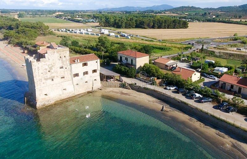 Vista aérea de la torre hermosa delante del océano imagen de archivo libre de regalías