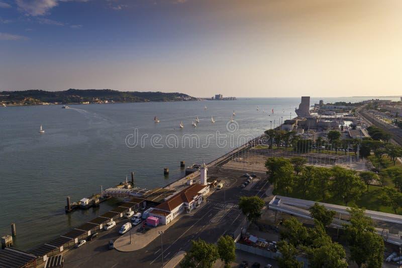 Vista aérea de la vecindad de Belém en la ciudad de Lisboa con los barcos de vela en el río Tagus fotografía de archivo libre de regalías