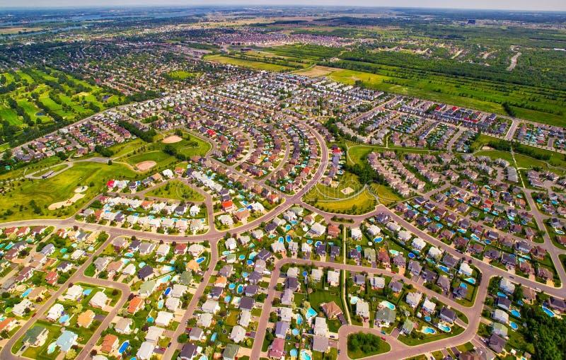 Vista aérea de la vecindad residencial típica fotografía de archivo libre de regalías