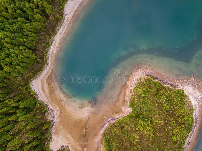 A vista aérea de Lagoa faz Fogo, um lago vulcânico no Sao Miguel, ilhas de Açores Paisagem de Portugal foto de stock royalty free