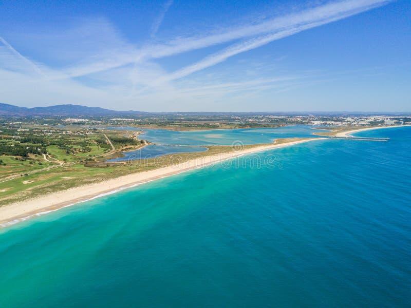 Vista aérea de Lagos y de Alvor, Algarve, Portugal fotografía de archivo