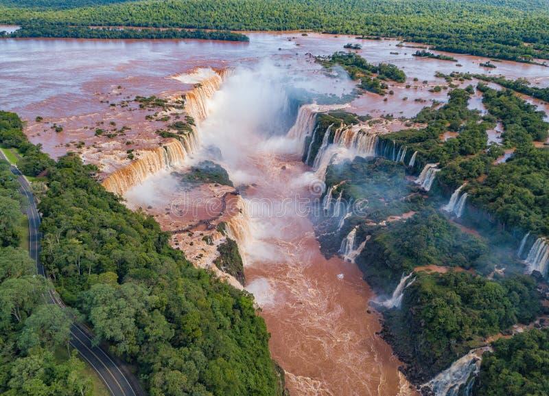 Vista aérea de las cataratas del Iguazú en el Brasil y la Argentina imagen de archivo