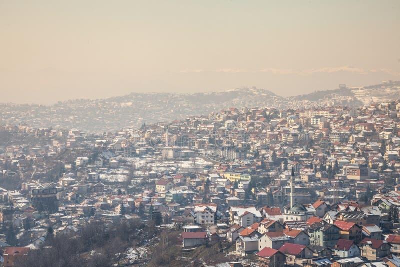 Vista aérea de las colinas de los suburbios de Sarajevo, Bosnia y Herzegovina durante una tarde fría del invierno imagen de archivo
