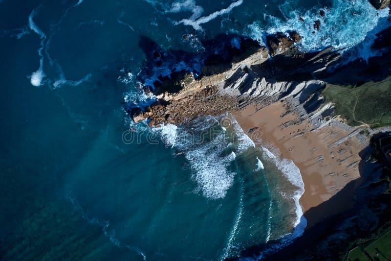 Vista aérea de las formaciones de roca asombrosas en la playa de Arnia, costa foto de archivo libre de regalías