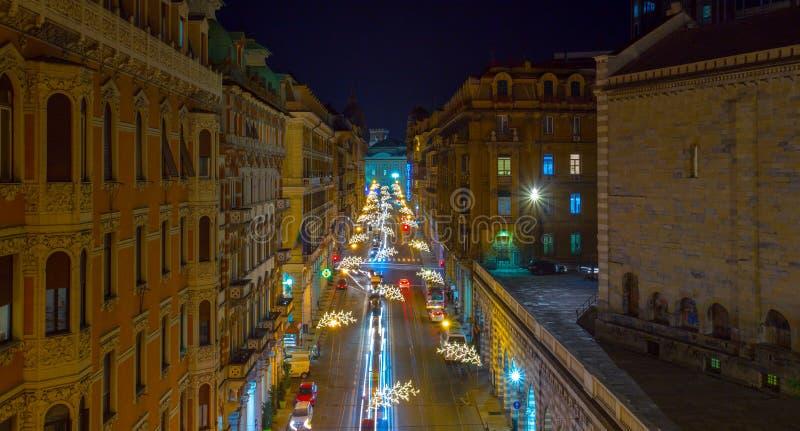 Vista aérea de las iluminaciones de la Navidad en las calles del centro de Génova por noche, Italia imagenes de archivo