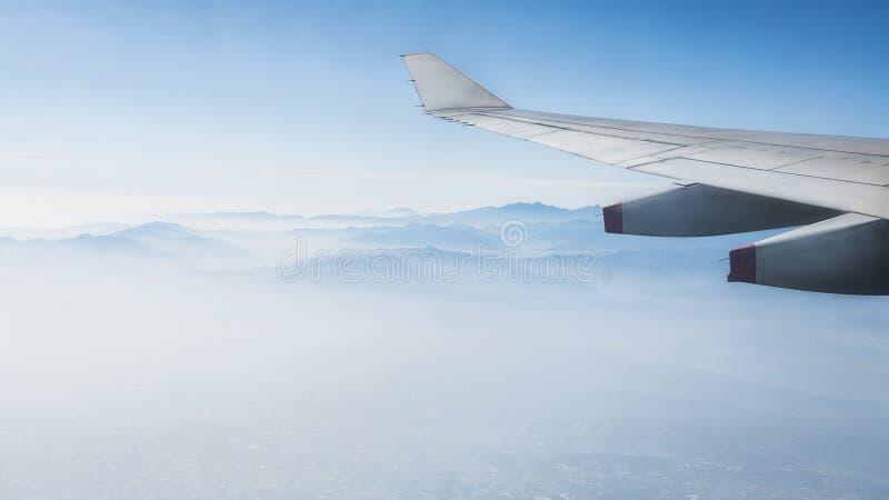 Vista aérea de las montañas de Taiwán con el ala del aeroplano, según lo visto a través de ventana imágenes de archivo libres de regalías