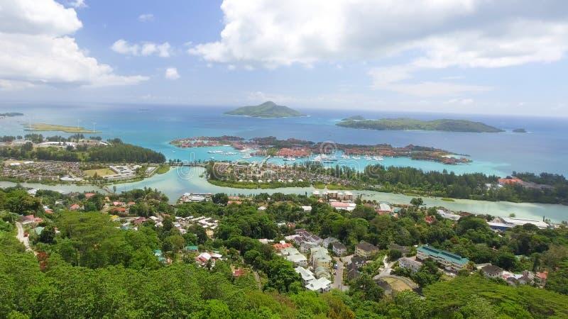 Vista aérea de las montañas y de la costa costa de Mahe fotos de archivo libres de regalías
