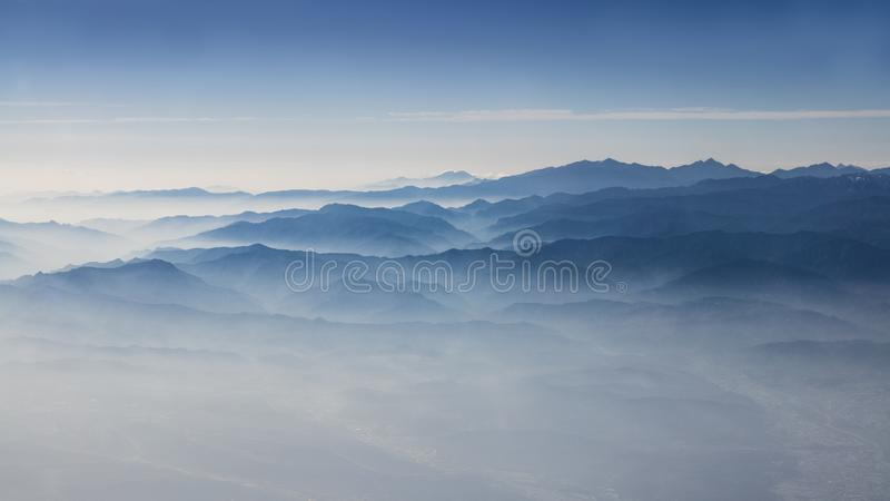 Vista aérea de las nubes y de las montañas de Taiwán Montaña maravillosa desde arriba imágenes de archivo libres de regalías