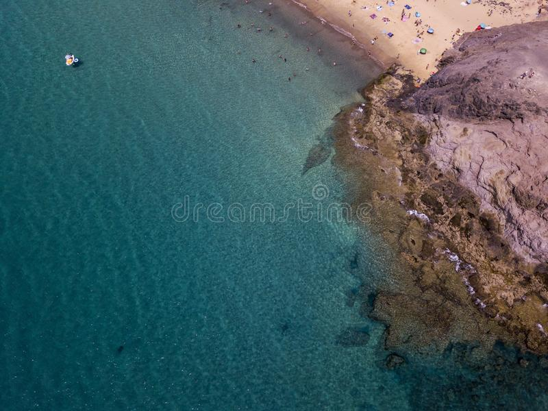 Vista aérea de las orillas y de las playas dentadas de Lanzarote, España, canario Caminos y trayectorias de la suciedad Papagayo fotos de archivo libres de regalías