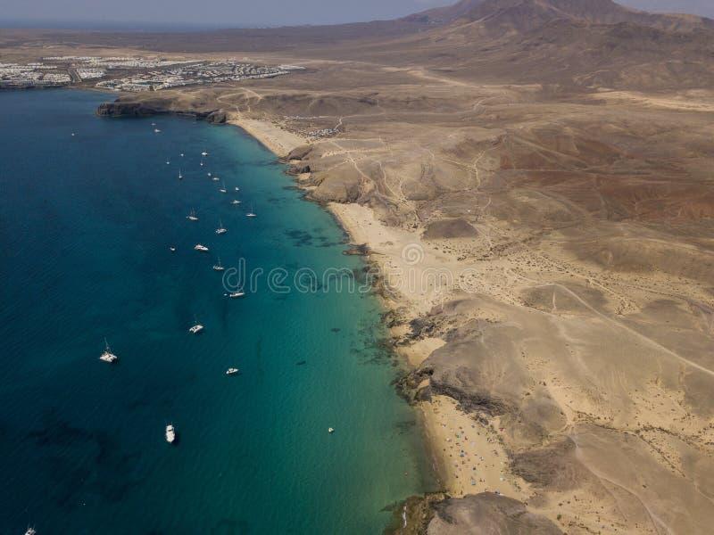 Vista aérea de las orillas y de las playas dentadas de Lanzarote, España, canario Caminos y trayectorias de la suciedad Papagayo fotografía de archivo libre de regalías