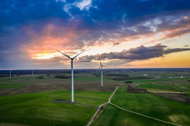 Vista aérea de las turbinas de viento maravillosas en la oscuridad fotos de archivo libres de regalías