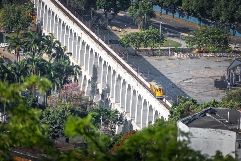 Vista aérea de los arcos y Santa Teresa Tram - Rio de Janeiro, el Brasil de Arcos DA Lapa imágenes de archivo libres de regalías