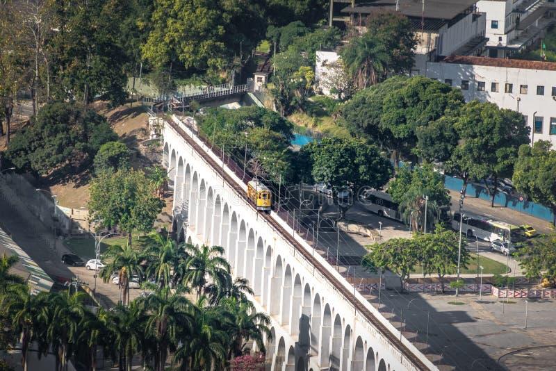 Vista aérea de los arcos y Santa Teresa Tram - Rio de Janeiro, el Brasil de Arcos DA Lapa imagen de archivo libre de regalías