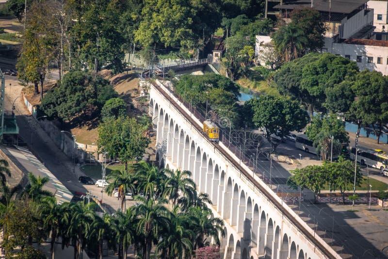 Vista aérea de los arcos y Santa Teresa Tram - Rio de Janeiro, el Brasil de Arcos DA Lapa foto de archivo libre de regalías