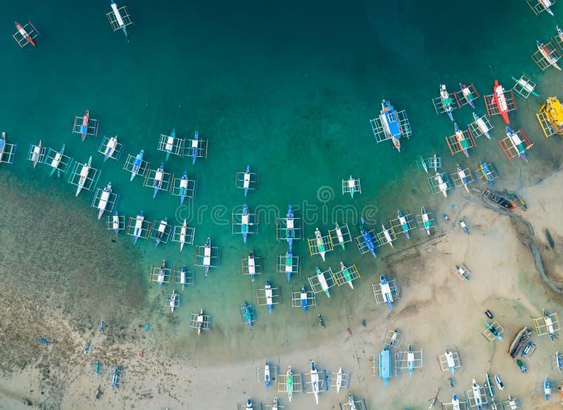Vista aérea de los barcos anclados en la bahía con agua del claro y de la turquesa Barcos en la laguna tropical Isla de Palawan,  foto de archivo