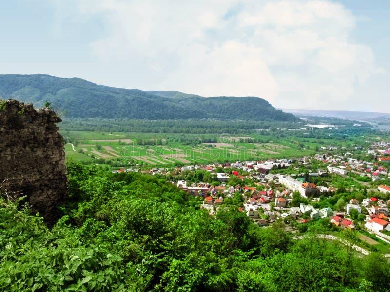 Vista aérea de los Cárpatos y de la ciudad de Khust, el cierre del acantilado para arriba fotos de archivo