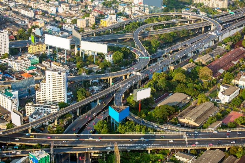 Vista aérea de los caminos y del tráfico de ciudad de Bangkok imágenes de archivo libres de regalías