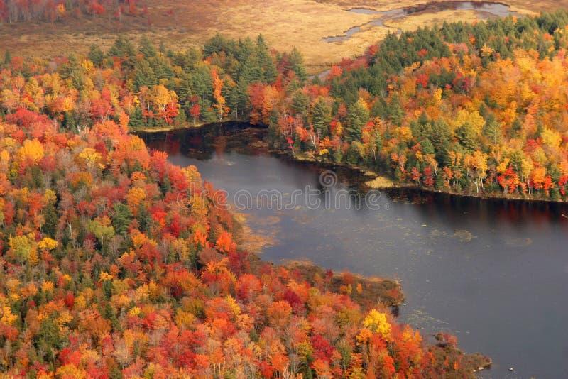 Vista aérea de los colores cambiantes de la caída de Nueva Inglaterra imagenes de archivo