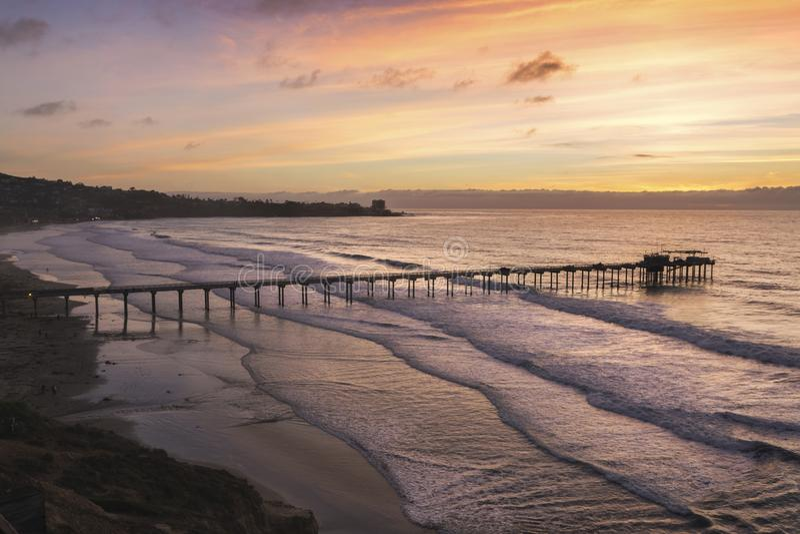 Vista aérea de los colores de la puesta del sol en las orillas de La Jolla y el embarcadero de Scripps fotografía de archivo libre de regalías