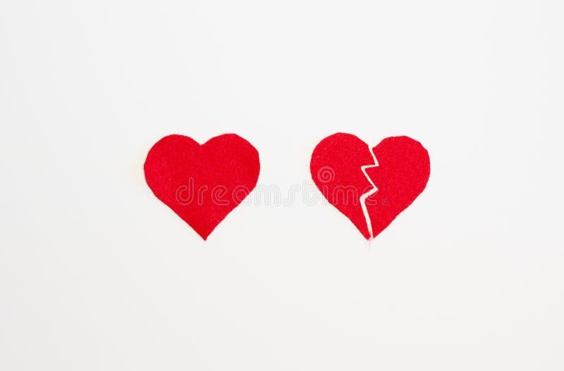 Vista aérea de los corazones sentidos rojos uno quebrados y del otro conjunto imagen de archivo