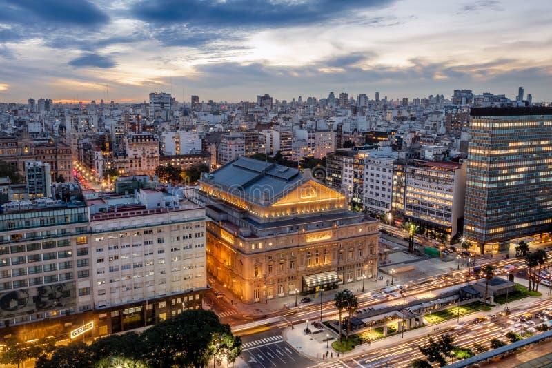 Vista aérea de los dos puntos Columbus Theatre y 9 de Julio Avenue en la puesta del sol - Buenos Aires, la Argentina de Teatro fotos de archivo