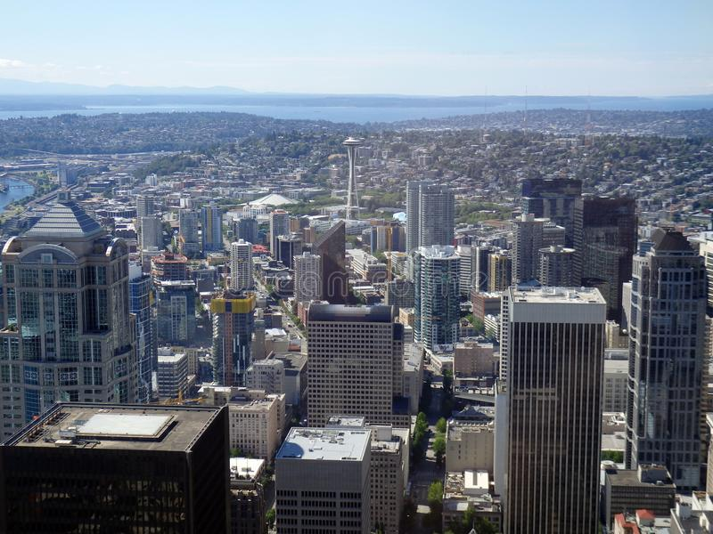 Vista aérea de los edificios de Seattle, de la aguja del espacio, de Puget Sound y de grúas céntricos fotos de archivo