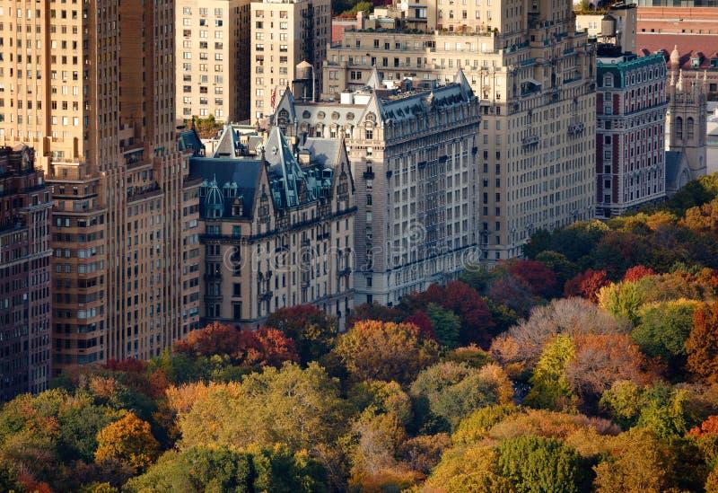 Vista aérea de los edificios superiores y del Central Park del lado oeste en caída imagen de archivo libre de regalías