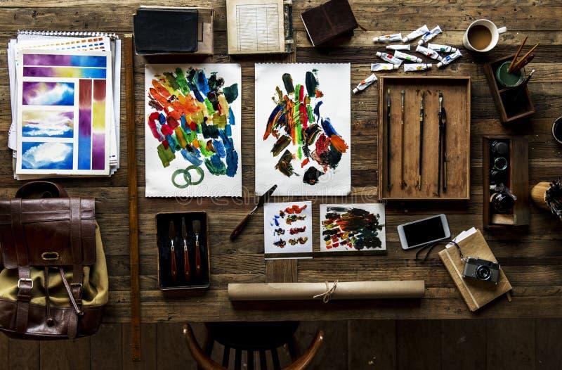 Vista aérea de los euqipments artísticos que pintan las herramientas en tabl de madera fotografía de archivo