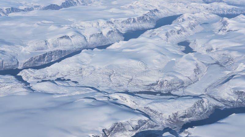 Vista aérea de los glaciares, de los ríos y de los icebergs en la costa sur de Groenlandia imagenes de archivo