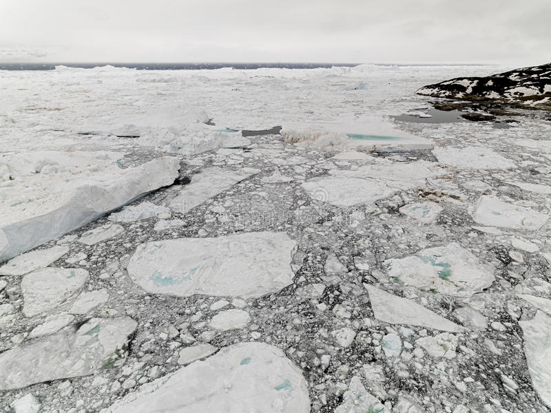 Vista aérea de los icebergs enormes en Groenlandia imágenes de archivo libres de regalías