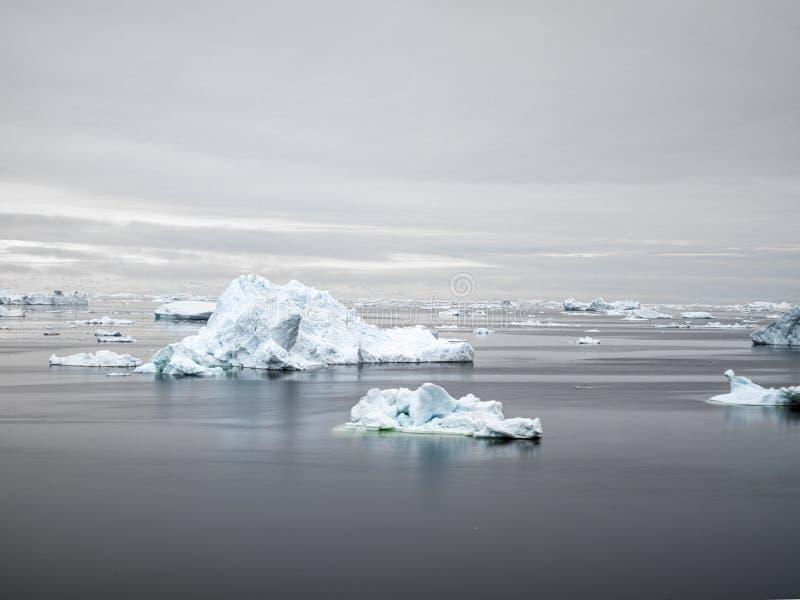 Vista aérea de los icebergs enormes en Groenlandia fotografía de archivo