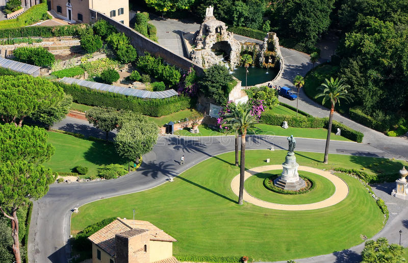 Vista aérea de los jardines del Vaticano de St Peter Basilica foto de archivo
