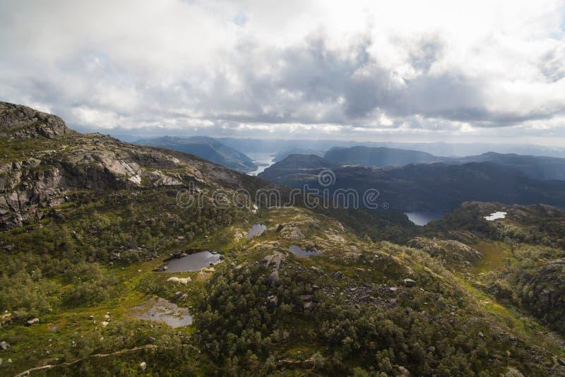 Vista aérea de los lagos de las montañas imágenes de archivo libres de regalías