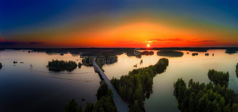 Vista aérea de los lagos y del bosque en la puesta del sol en Kangasala, Finlandia fotos de archivo libres de regalías