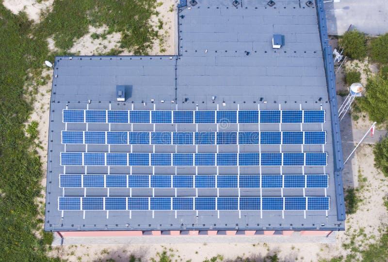 Vista aérea de los paneles solares que cubren el tejado entero de un edificio fotografía de archivo libre de regalías