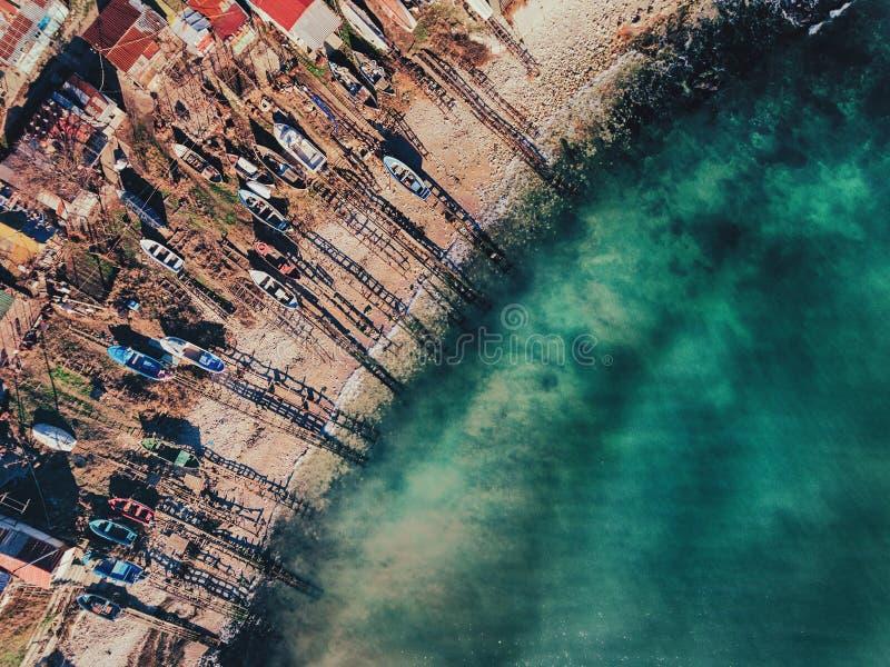 Vista aérea de los pequeños barcos de motor rústicos fotografía de archivo libre de regalías