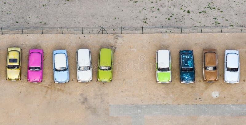 Vista aérea de los pequeños coches coloridos imagenes de archivo