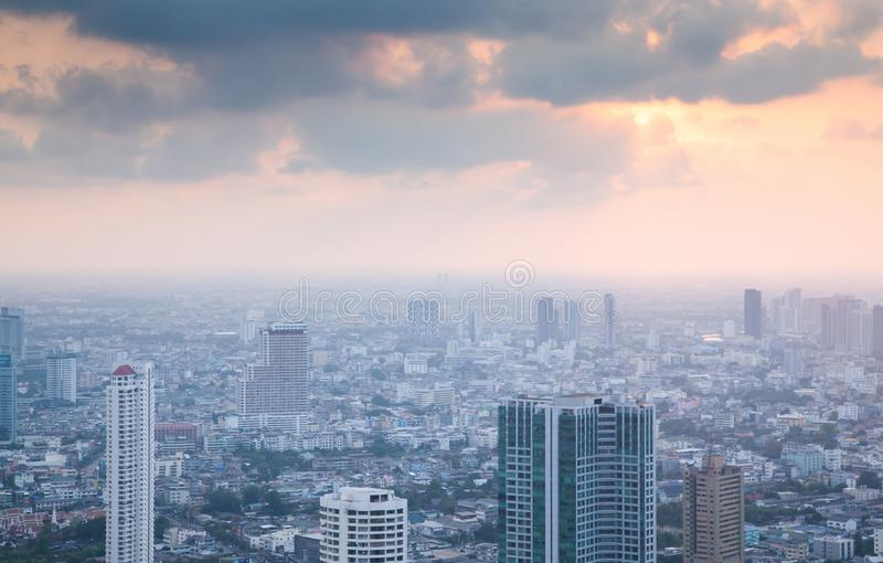 vista aérea de los rascacielos de la ciudad de Bangkok con el edificio Tailandia de rey Power MahaNakhon imágenes de archivo libres de regalías