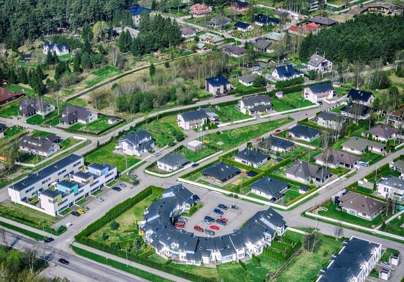 Vista aérea de los suburbios de la ciudad fotos de archivo libres de regalías