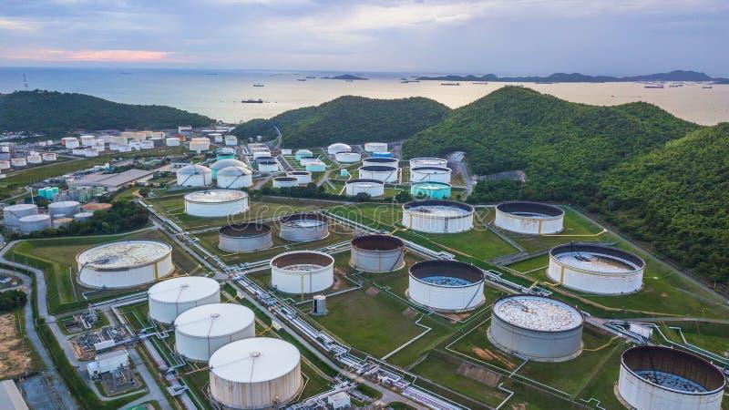 Vista aérea de los tanques de almacenamiento grandes de combustible en el industri de la refinería de petróleo fotografía de archivo libre de regalías