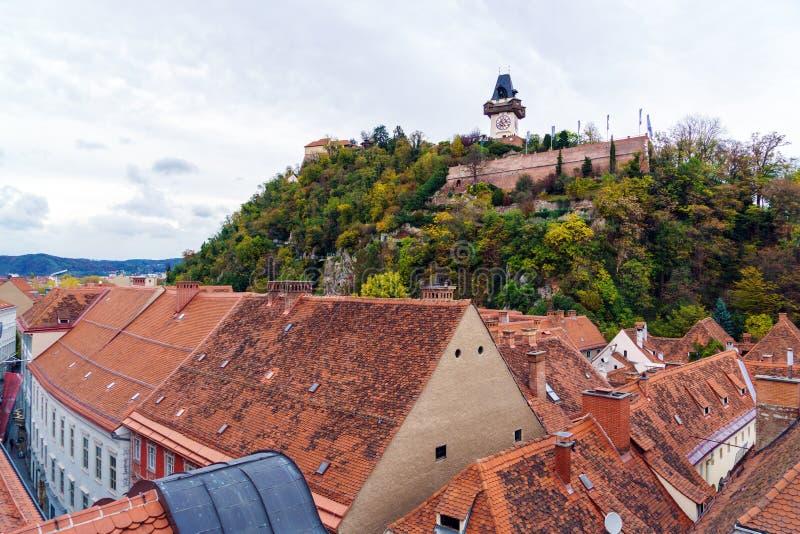 Vista aérea de los tejados de teja de la ciudad vieja Graz, Austria fotos de archivo