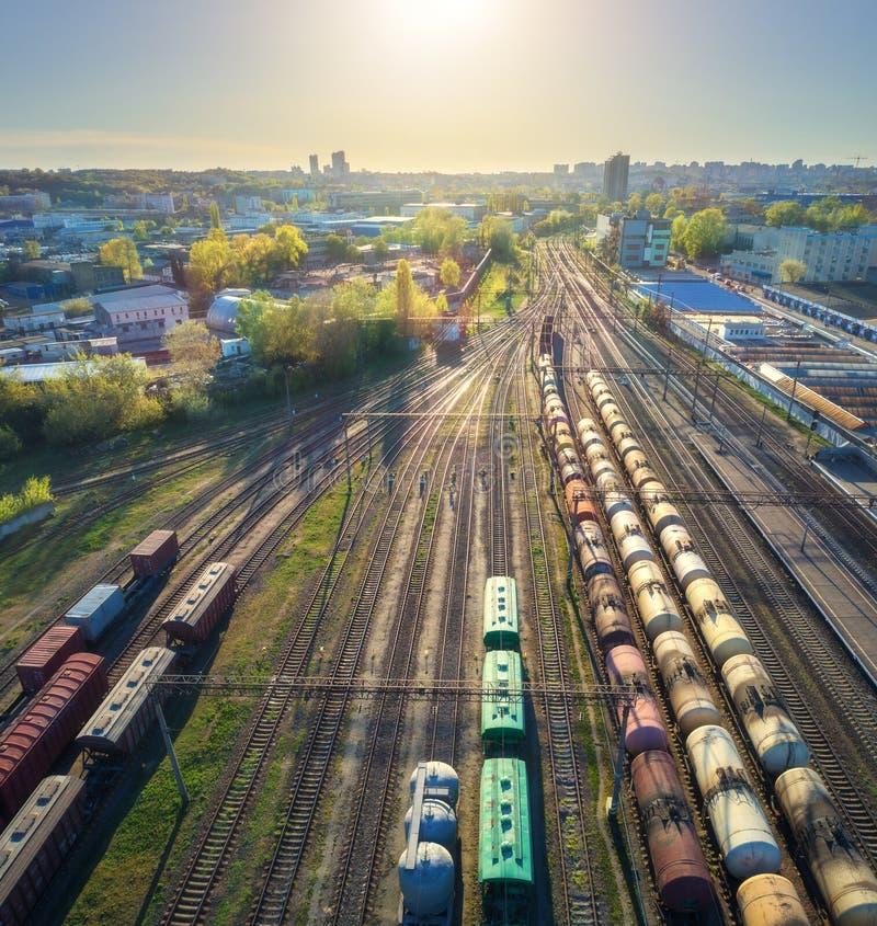 Vista aérea de los trenes de carga en el ferrocarril en la puesta del sol foto de archivo libre de regalías